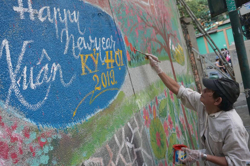 Người họa sĩ già và những bức tường cũ của Sài Gòn - Ảnh 9.