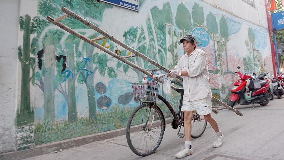 Người họa sĩ già và những bức tường cũ của Sài Gòn - Ảnh 1.