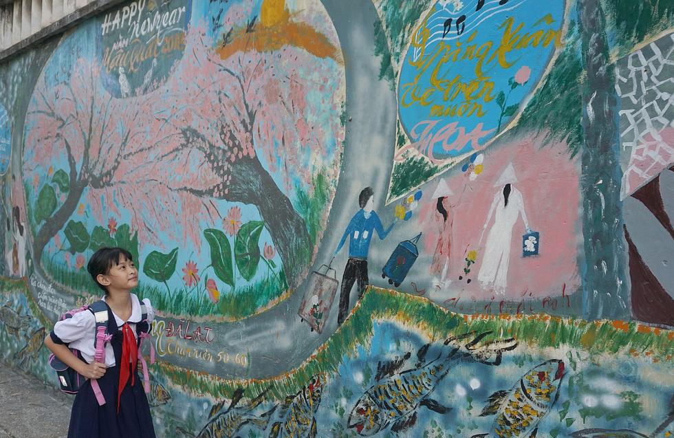 Người họa sĩ già và những bức tường cũ của Sài Gòn - Ảnh 6.