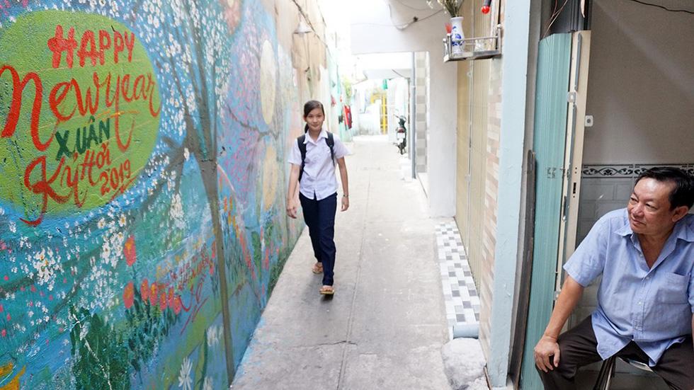 Người họa sĩ già và những bức tường cũ của Sài Gòn - Ảnh 3.