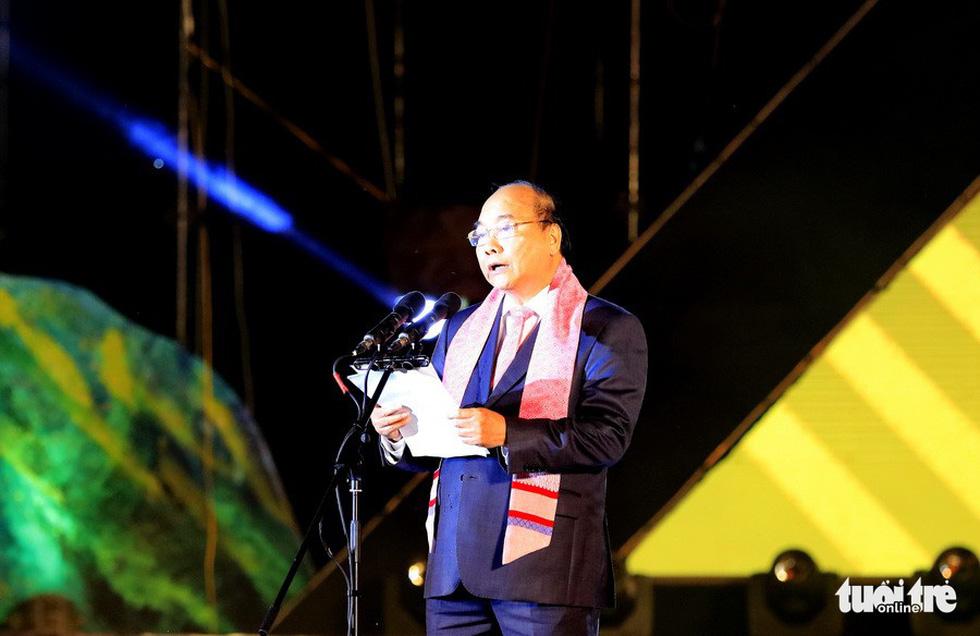 Thổ cẩm phải thành quà tặng của Thủ tướng trong các chuyến công du - Ảnh 3.