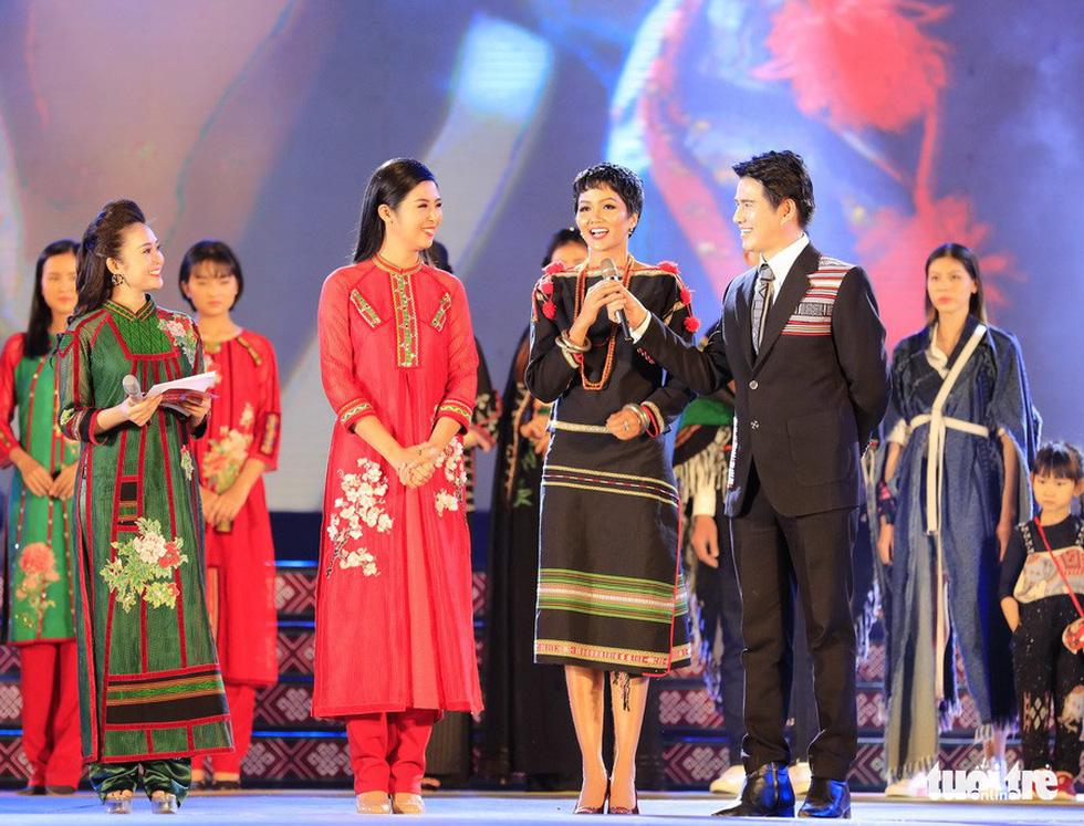 Thổ cẩm phải thành quà tặng của Thủ tướng trong các chuyến công du - Ảnh 7.