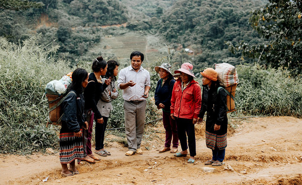 Thầy giáo hiến đất xây làng, trồng cây làm kinh tế - Ảnh 1.