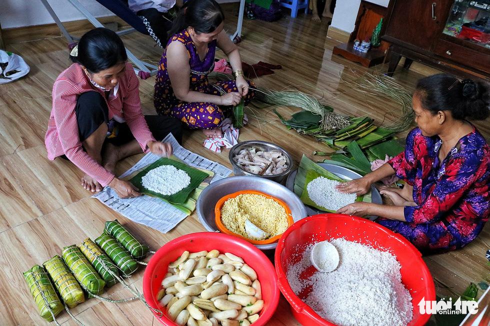 Sài Gòn chiều cuối năm hun hút khói bếp nấu bánh tét cúng giỗ ông bà - Ảnh 2.