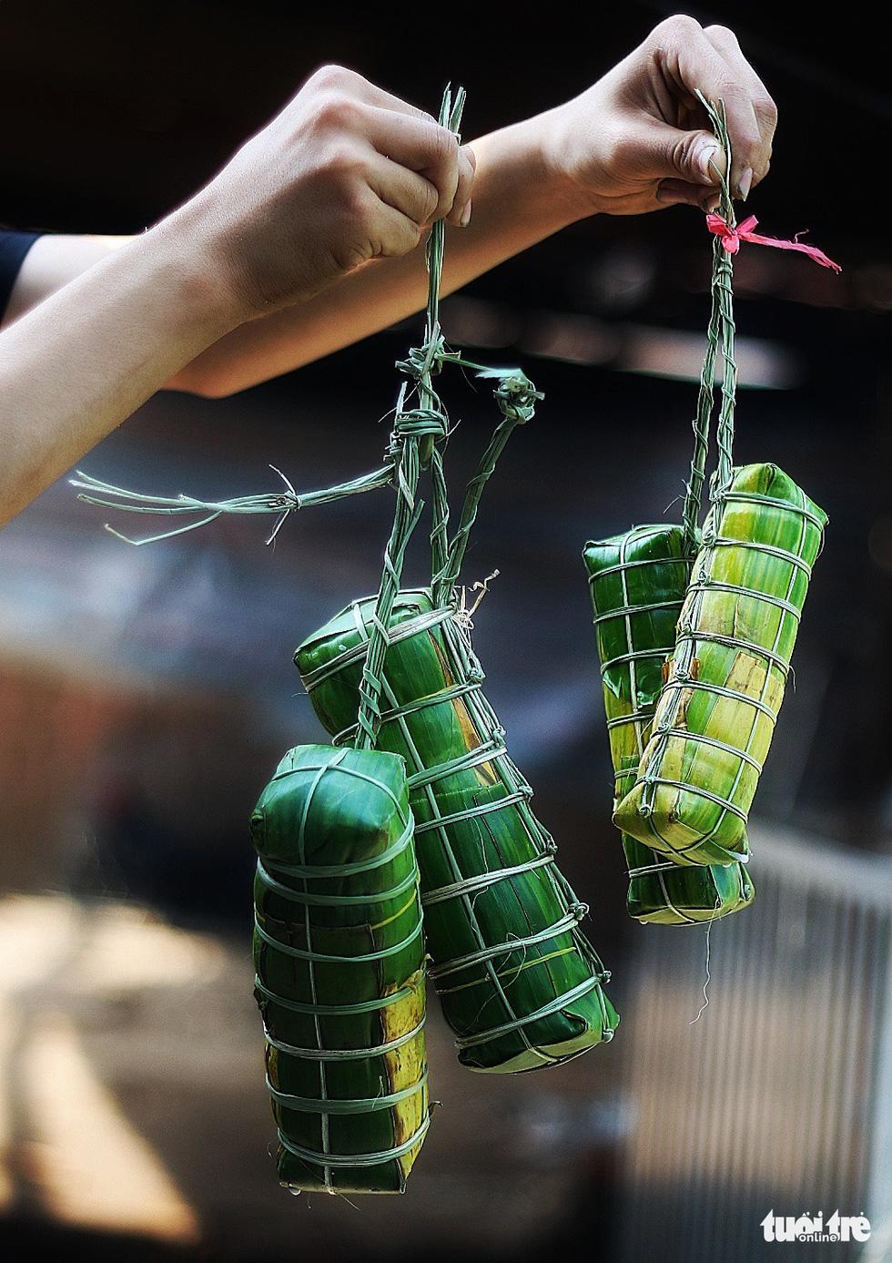 Sài Gòn chiều cuối năm hun hút khói bếp nấu bánh tét cúng giỗ ông bà - Ảnh 9.