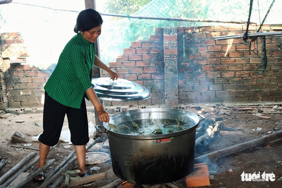 Sài Gòn chiều cuối năm hun hút khói bếp nấu bánh tét cúng giỗ ông bà - Ảnh 10.
