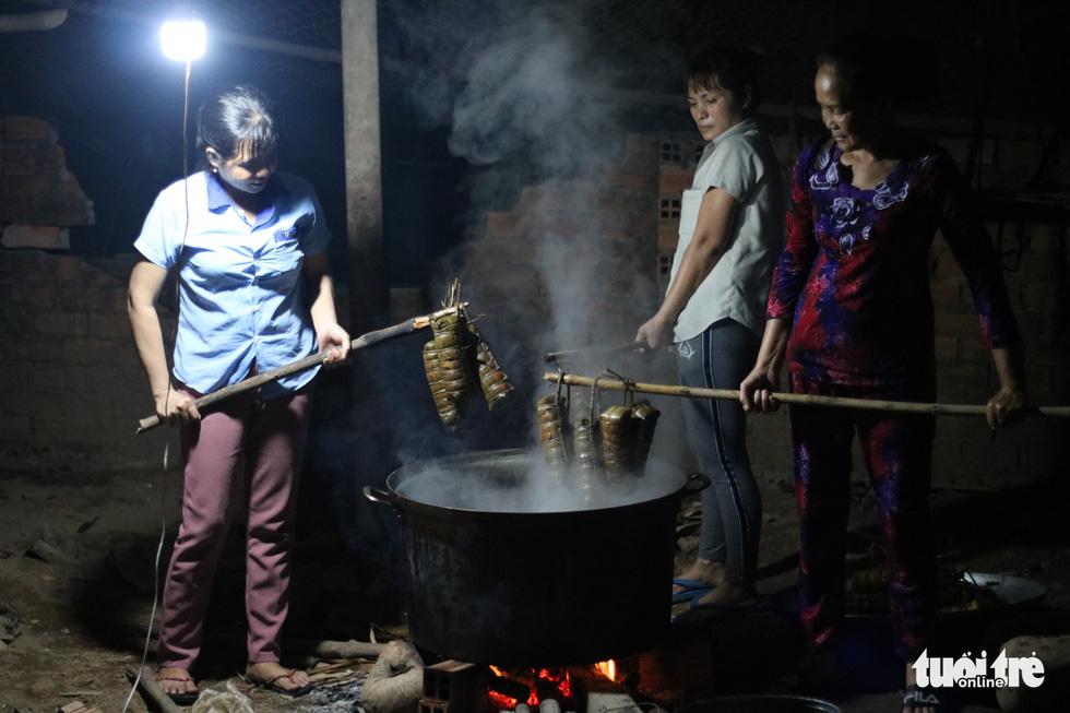 Sài Gòn chiều cuối năm hun hút khói bếp nấu bánh tét cúng giỗ ông bà - Ảnh 11.