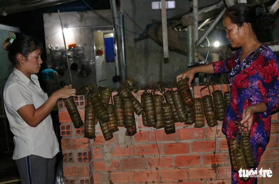 Sài Gòn chiều cuối năm hun hút khói bếp nấu bánh tét cúng giỗ ông bà - Ảnh 12.