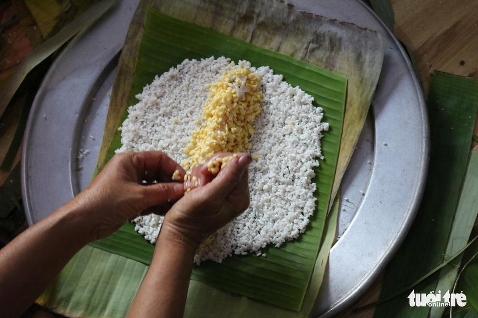 Sài Gòn chiều cuối năm hun hút khói bếp nấu bánh tét cúng giỗ ông bà - Ảnh 4.