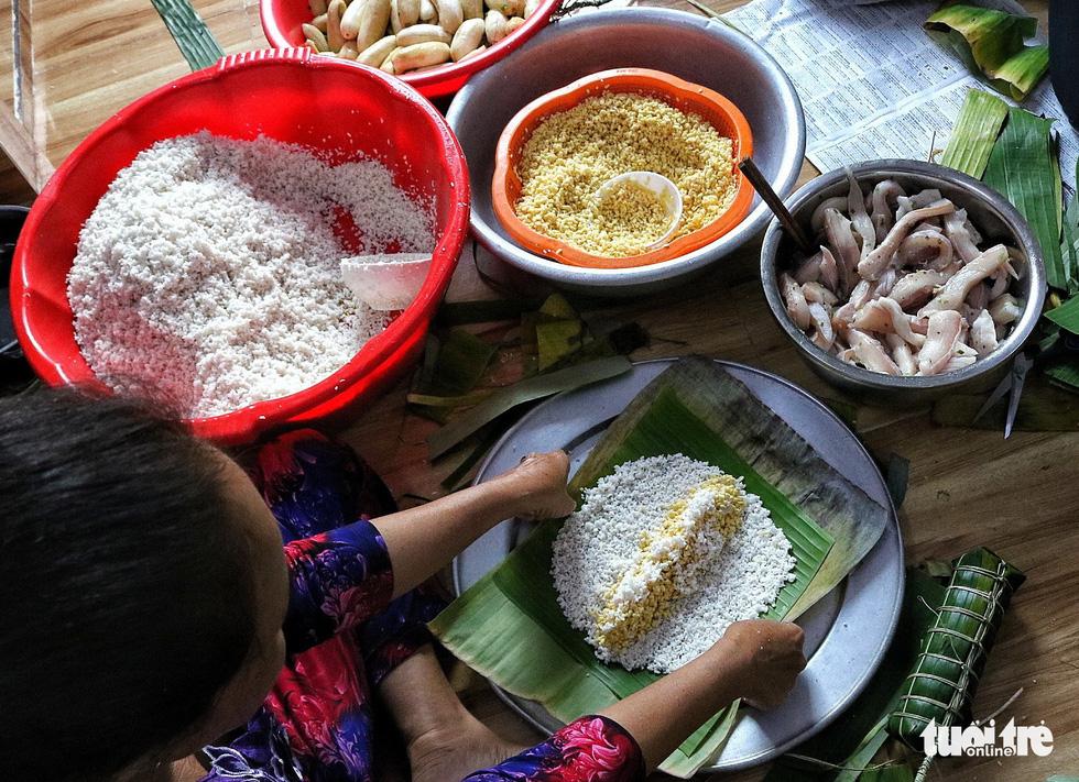 Sài Gòn chiều cuối năm hun hút khói bếp nấu bánh tét cúng giỗ ông bà - Ảnh 1.