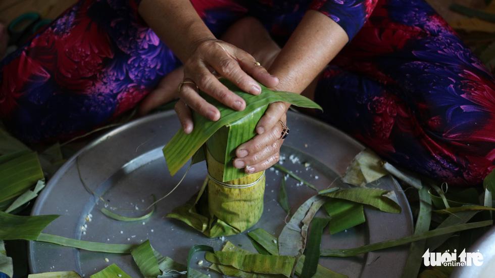 Sài Gòn chiều cuối năm hun hút khói bếp nấu bánh tét cúng giỗ ông bà - Ảnh 5.