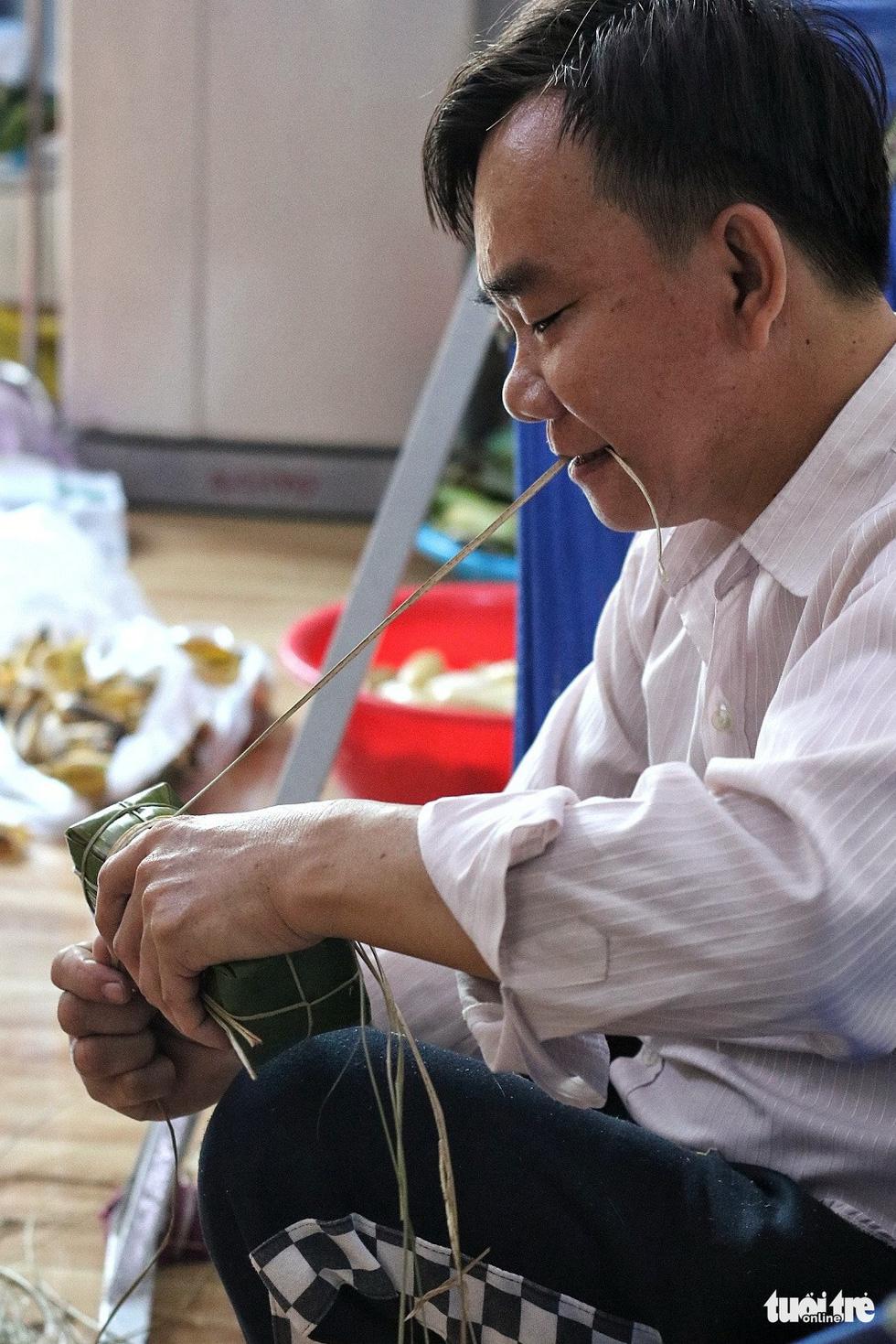 Sài Gòn chiều cuối năm hun hút khói bếp nấu bánh tét cúng giỗ ông bà - Ảnh 6.