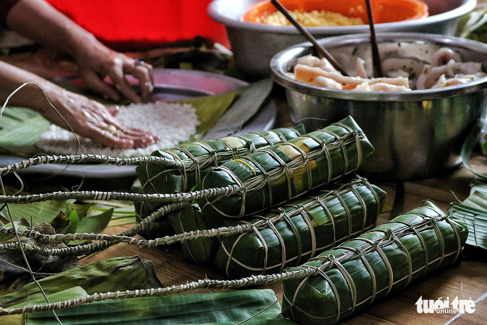 Sài Gòn chiều cuối năm hun hút khói bếp nấu bánh tét cúng giỗ ông bà - Ảnh 8.