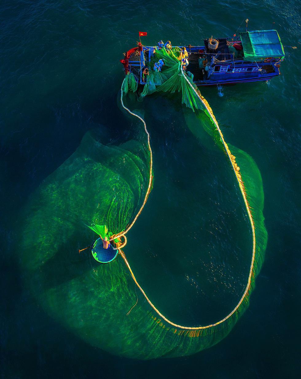 Vũ điệu ra khơi ở Hòn Yến mùa săn cá cơm ngần - Ảnh 4.