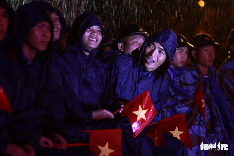 Chiến sĩ, nghệ sĩ Mùa xuân biển đảo cùng cháy trong mưa - Ảnh 7.