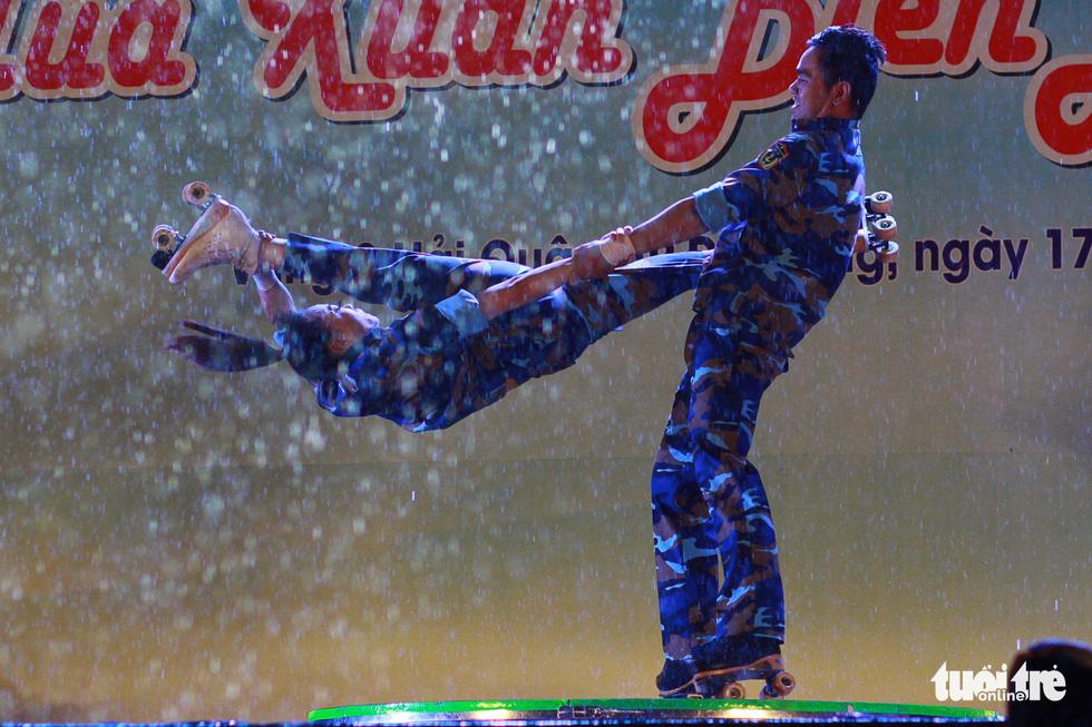 Chiến sĩ, nghệ sĩ Mùa xuân biển đảo cùng cháy trong mưa - Ảnh 6.