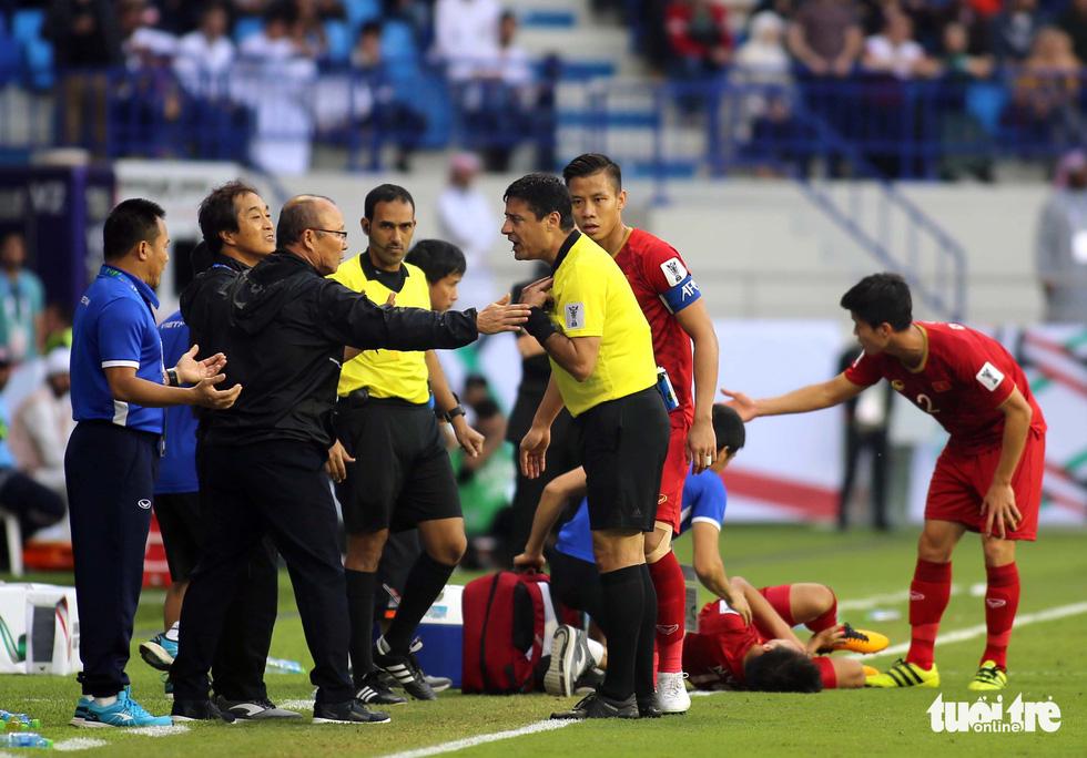 Đủ kiểu biểu cảm của ông Park khi căng thẳng trước Jordan - Ảnh 1.