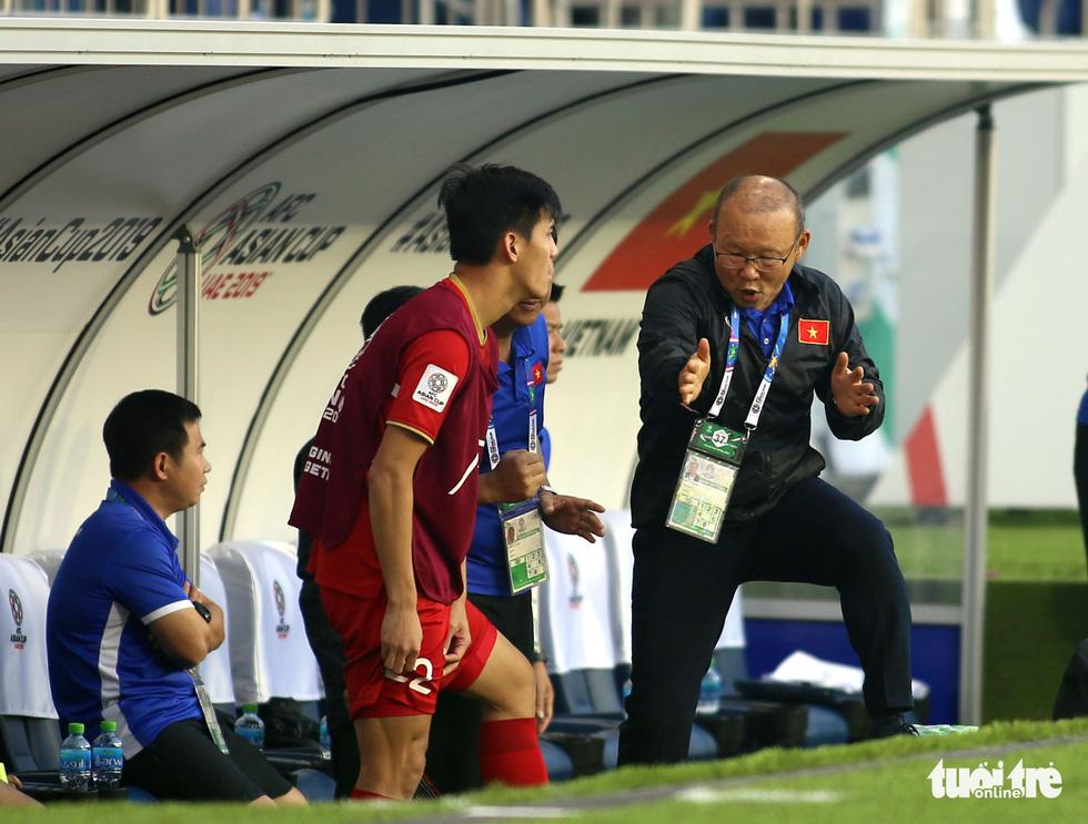 Đủ kiểu biểu cảm của ông Park khi căng thẳng trước Jordan - Ảnh 4.