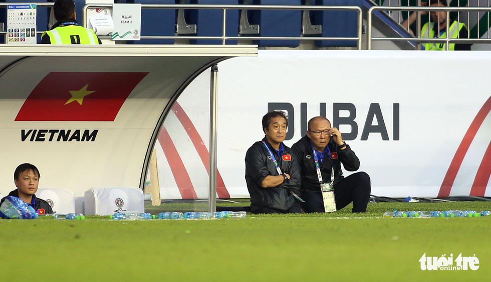 Đủ kiểu biểu cảm của ông Park khi căng thẳng trước Jordan - Ảnh 6.