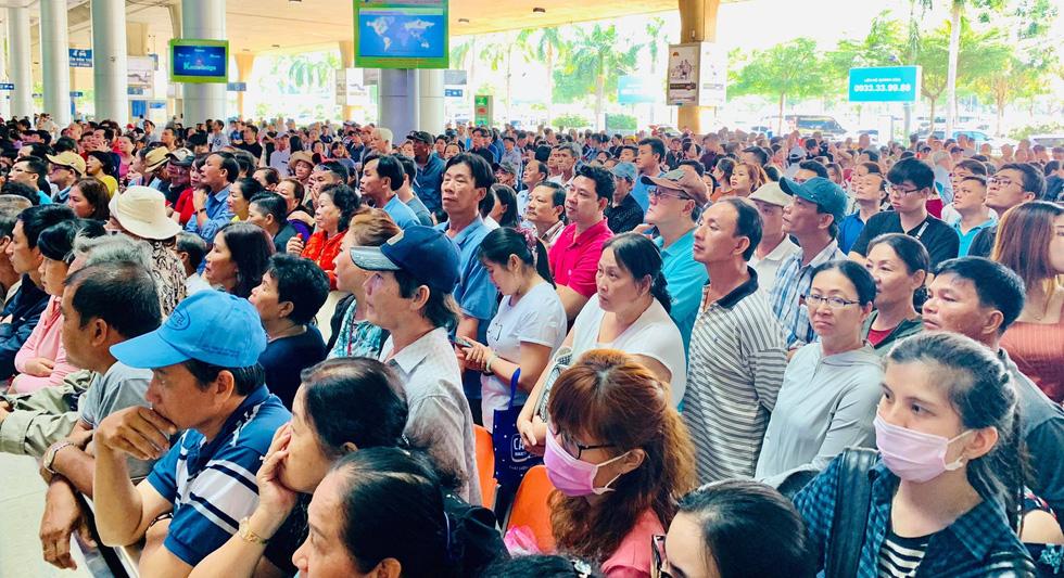 Tân Sơn Nhất nghẹt người đón Việt kiều về ăn Tết nhưng vẫn đều tăm tắp - Ảnh 1.