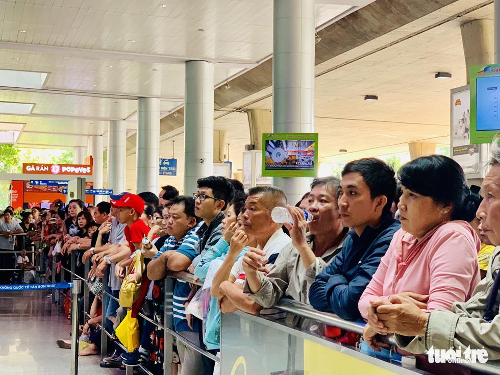 Tân Sơn Nhất nghẹt người đón Việt kiều về ăn Tết nhưng vẫn đều tăm tắp - Ảnh 5.