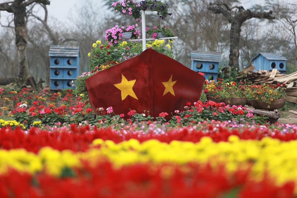 Cup ngàn hoa khổng lồ cổ vũ đội tuyển Việt Nam - Ảnh 5.