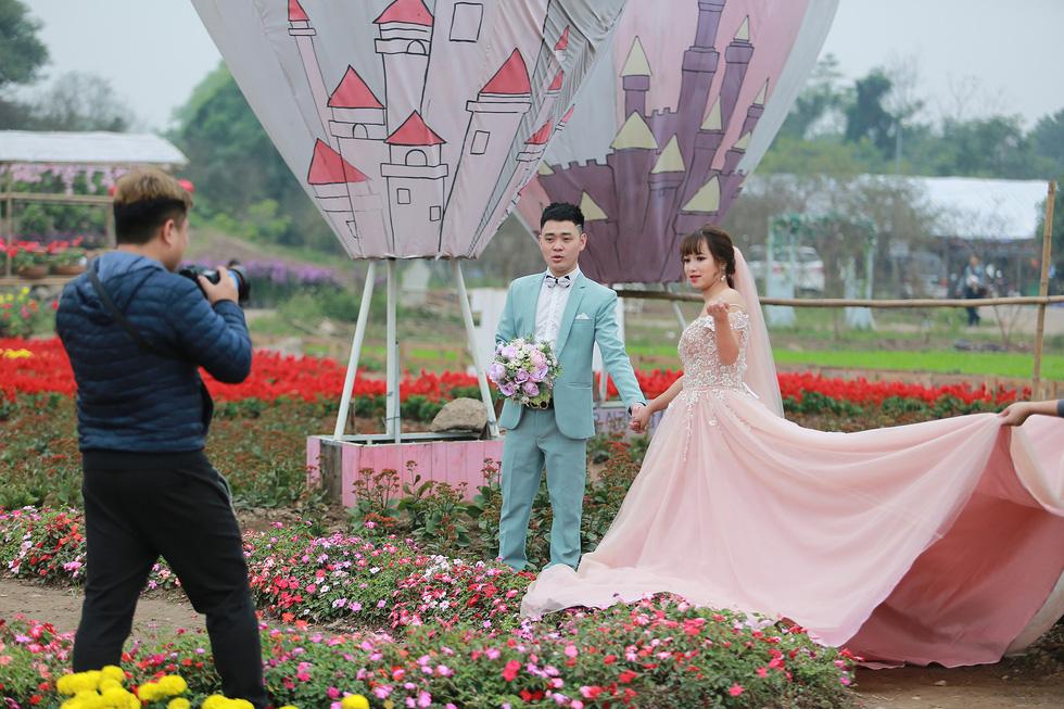 Cup ngàn hoa khổng lồ cổ vũ đội tuyển Việt Nam - Ảnh 7.