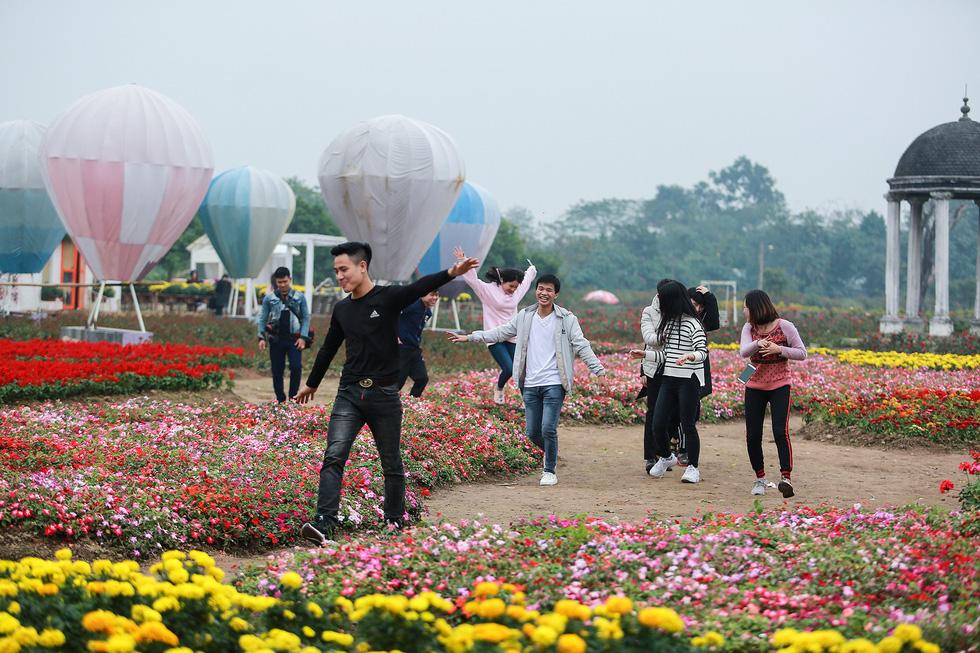 Cup ngàn hoa khổng lồ cổ vũ đội tuyển Việt Nam - Ảnh 8.
