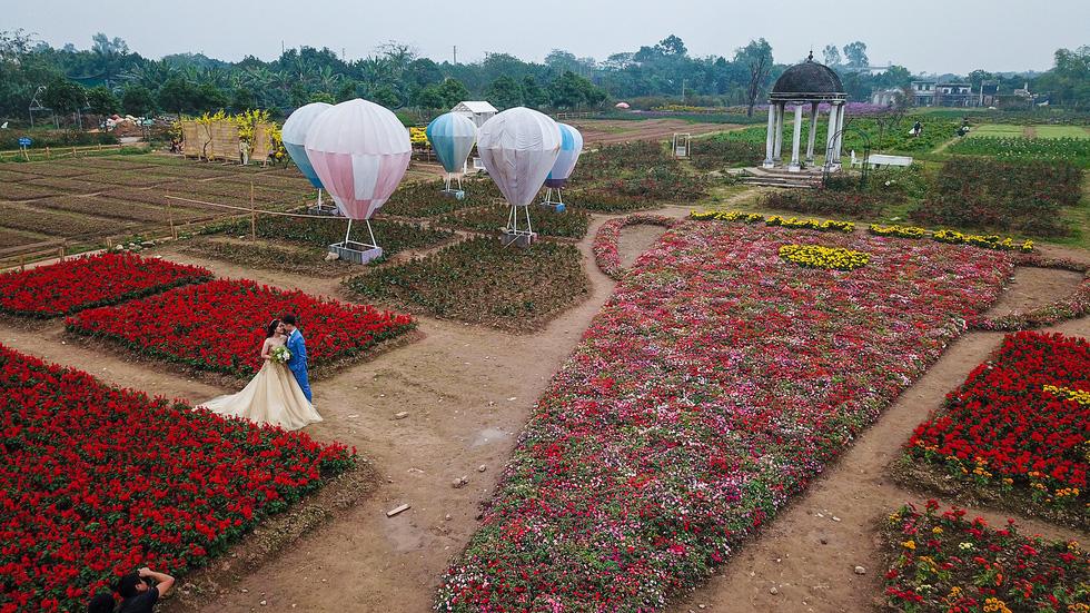 Cup ngàn hoa khổng lồ cổ vũ đội tuyển Việt Nam - Ảnh 4.