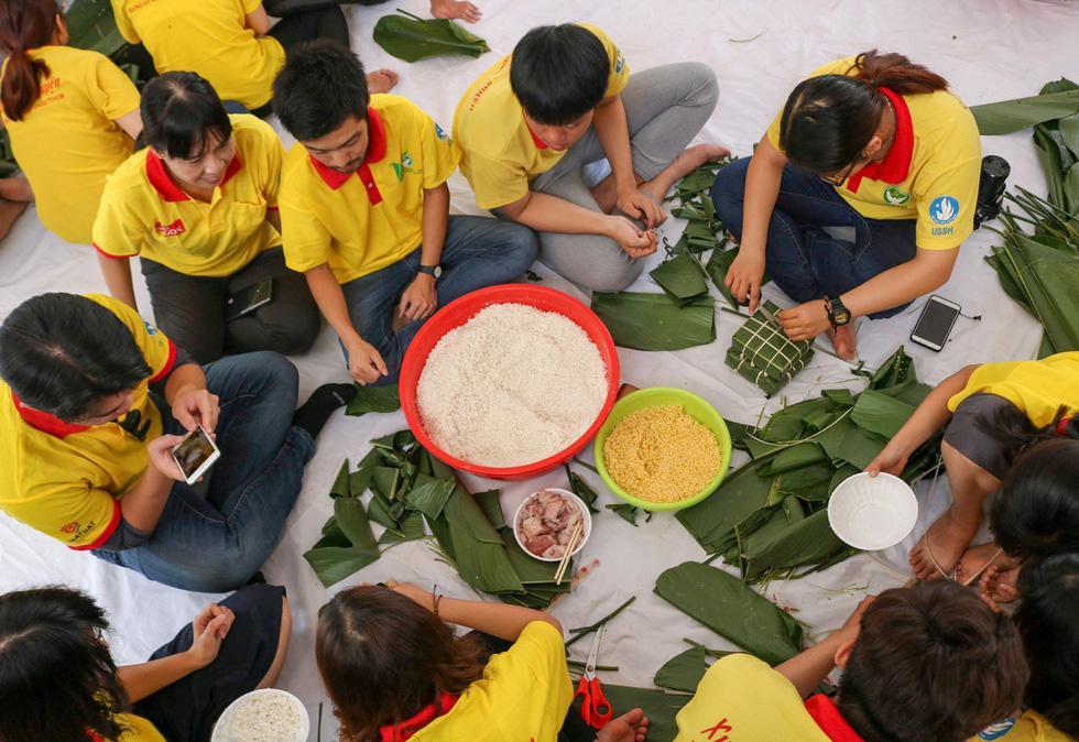 Gần 1.000 bánh chưng, bánh tét tự tay sinh viên gói, nấu gửi bà con - Ảnh 9.