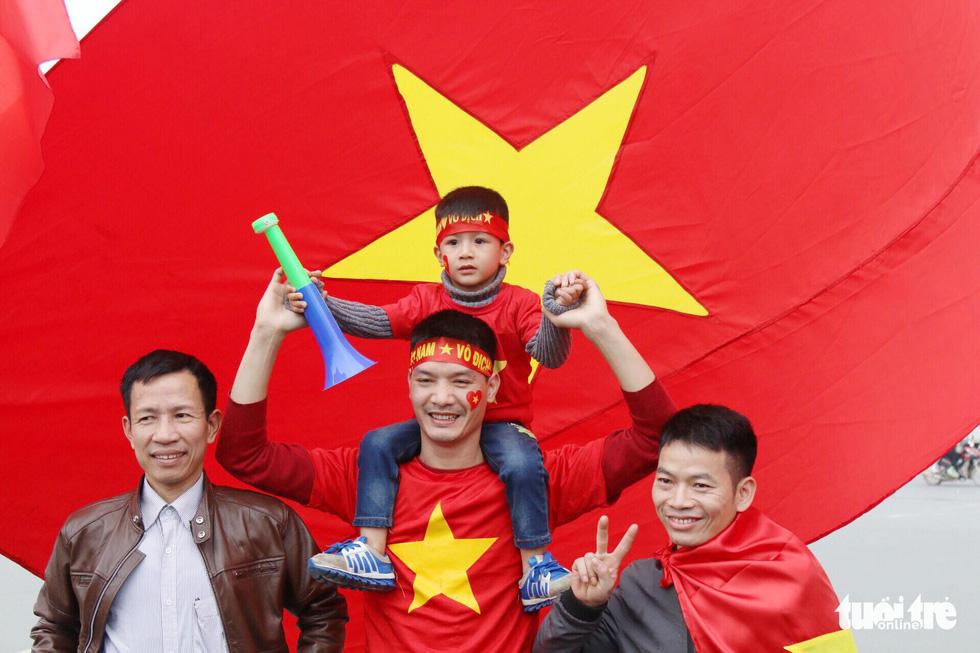 Người hâm mộ thủ đô nồng nhiệt chào đón tuyển thủ Việt Nam - Ảnh 16.