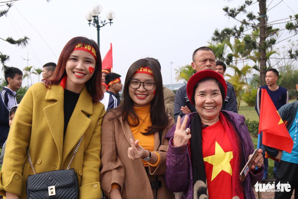 Người hâm mộ thủ đô nồng nhiệt chào đón tuyển thủ Việt Nam - Ảnh 17.