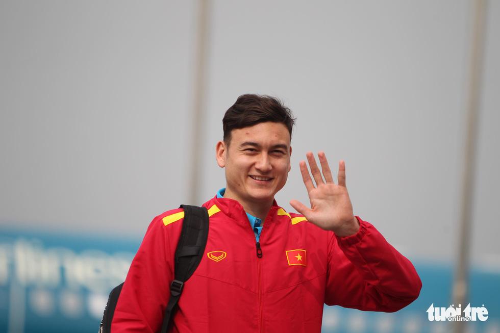 Người hâm mộ thủ đô nồng nhiệt chào đón tuyển thủ Việt Nam - Ảnh 4.