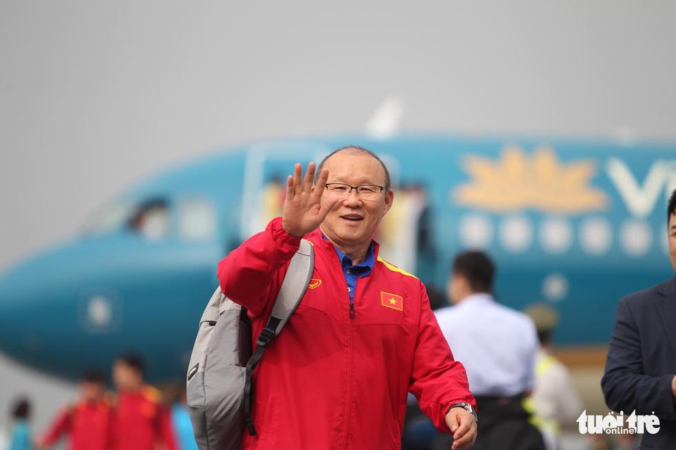 Người hâm mộ thủ đô nồng nhiệt chào đón tuyển thủ Việt Nam - Ảnh 3.