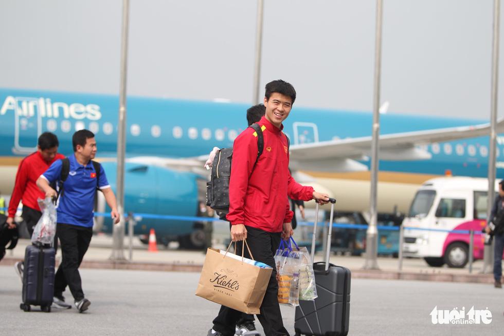 Người hâm mộ thủ đô nồng nhiệt chào đón tuyển thủ Việt Nam - Ảnh 6.