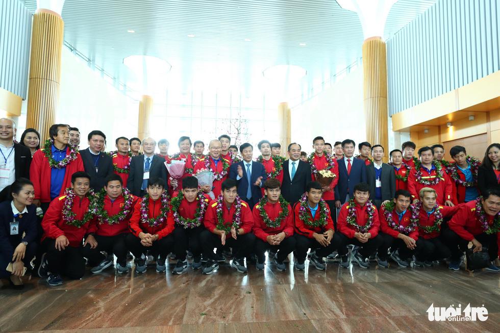 Người hâm mộ thủ đô nồng nhiệt chào đón tuyển thủ Việt Nam - Ảnh 10.