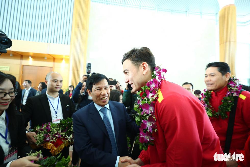 Người hâm mộ thủ đô nồng nhiệt chào đón tuyển thủ Việt Nam - Ảnh 9.