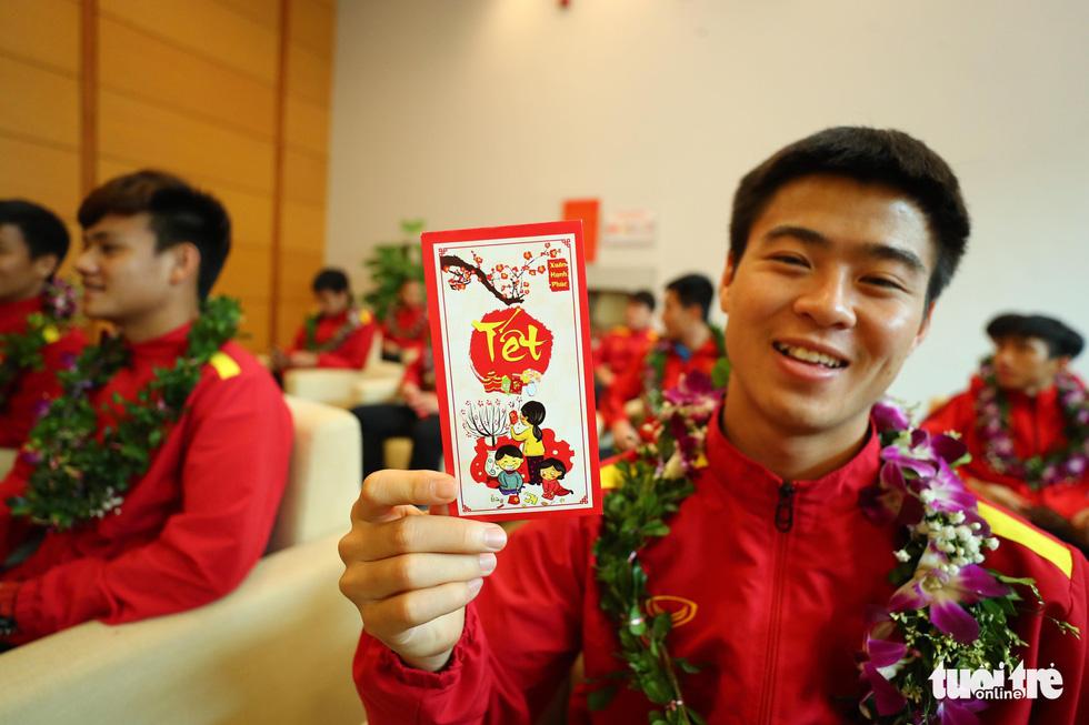 Người hâm mộ thủ đô nồng nhiệt chào đón tuyển thủ Việt Nam - Ảnh 11.