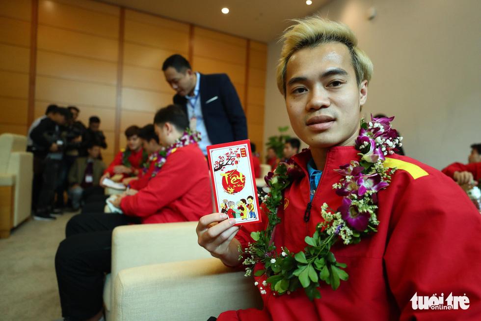 Người hâm mộ thủ đô nồng nhiệt chào đón tuyển thủ Việt Nam - Ảnh 12.