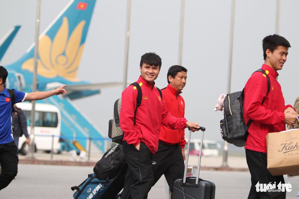 Người hâm mộ thủ đô nồng nhiệt chào đón tuyển thủ Việt Nam - Ảnh 7.