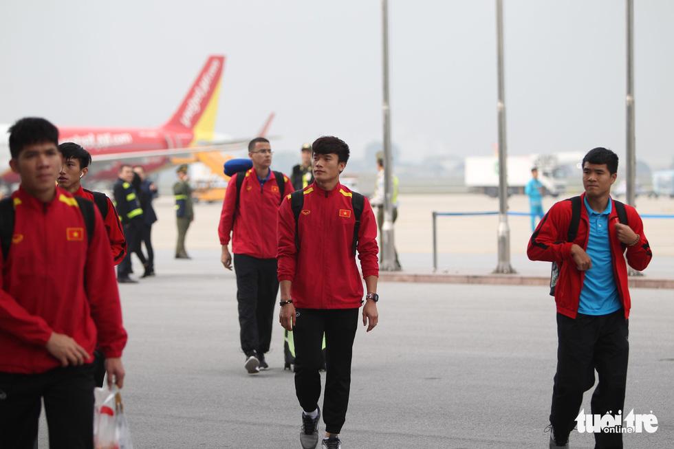 Người hâm mộ thủ đô nồng nhiệt chào đón tuyển thủ Việt Nam - Ảnh 8.