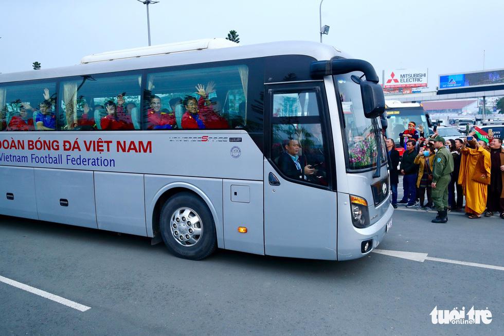Người hâm mộ thủ đô nồng nhiệt chào đón tuyển thủ Việt Nam - Ảnh 13.