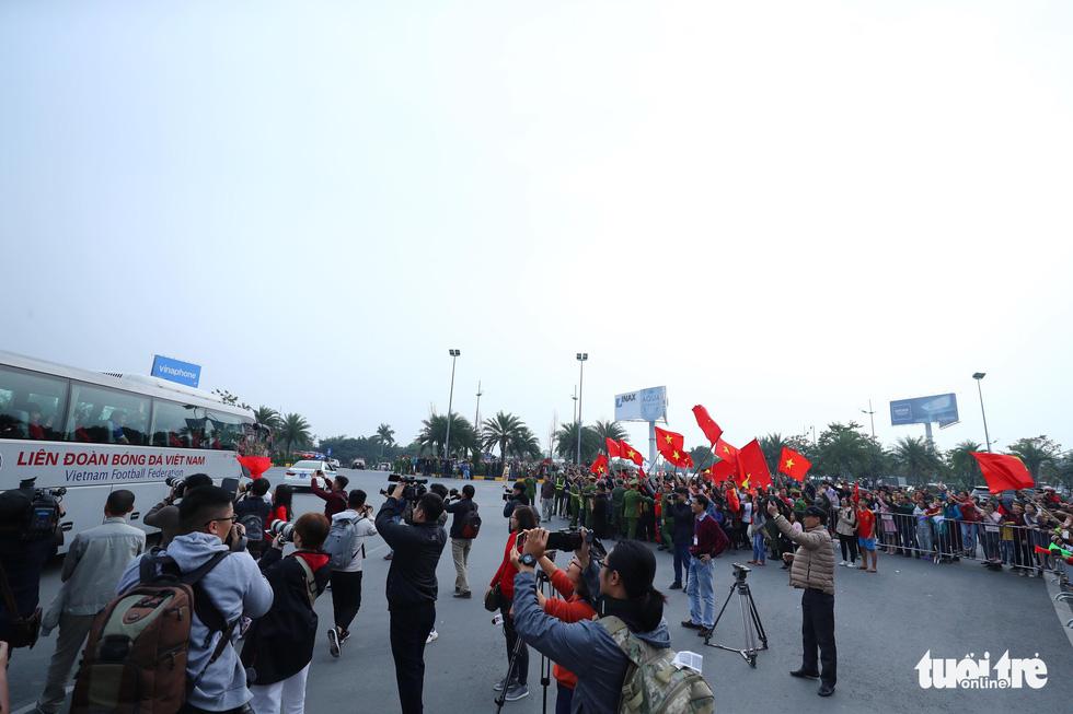 Người hâm mộ thủ đô nồng nhiệt chào đón tuyển thủ Việt Nam - Ảnh 14.