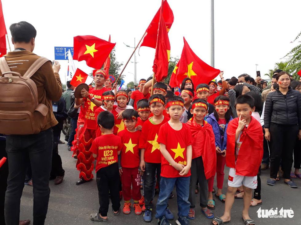 Người hâm mộ thủ đô nồng nhiệt chào đón tuyển thủ Việt Nam - Ảnh 18.