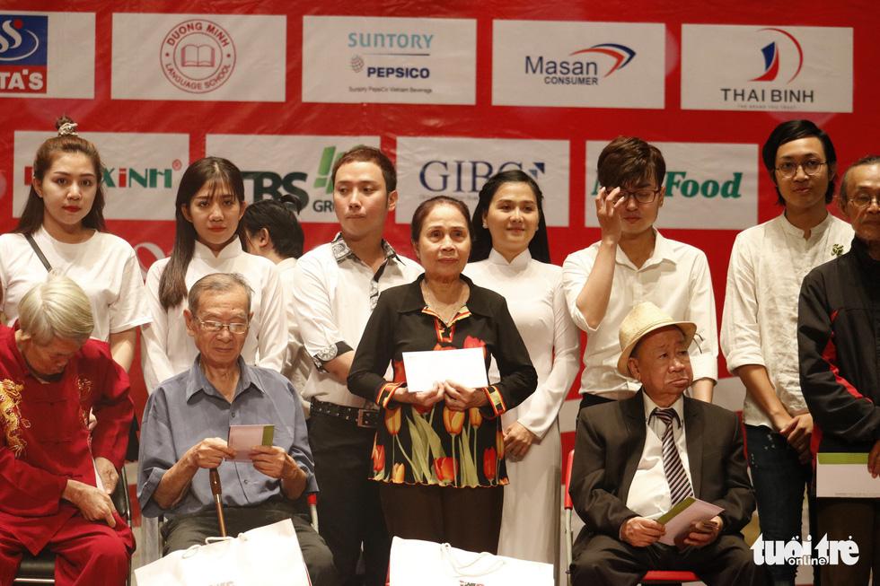 Bạch Tuyết, Kim Cương đón Tết với các nghệ sĩ, nhân viên hậu đài khó khăn - Ảnh 6.