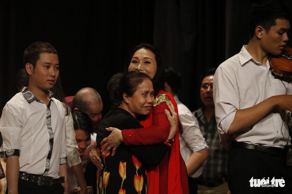 Bạch Tuyết, Kim Cương đón Tết với các nghệ sĩ, nhân viên hậu đài khó khăn - Ảnh 7.