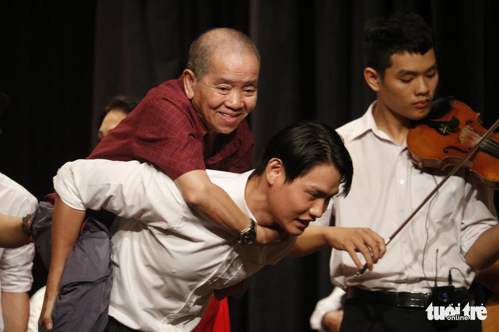 Bạch Tuyết, Kim Cương đón Tết với các nghệ sĩ, nhân viên hậu đài khó khăn - Ảnh 8.