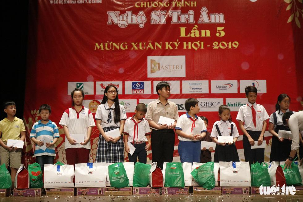 Bạch Tuyết, Kim Cương đón Tết với các nghệ sĩ, nhân viên hậu đài khó khăn - Ảnh 5.