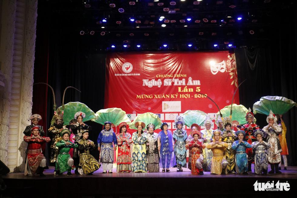 Bạch Tuyết, Kim Cương đón Tết với các nghệ sĩ, nhân viên hậu đài khó khăn - Ảnh 4.