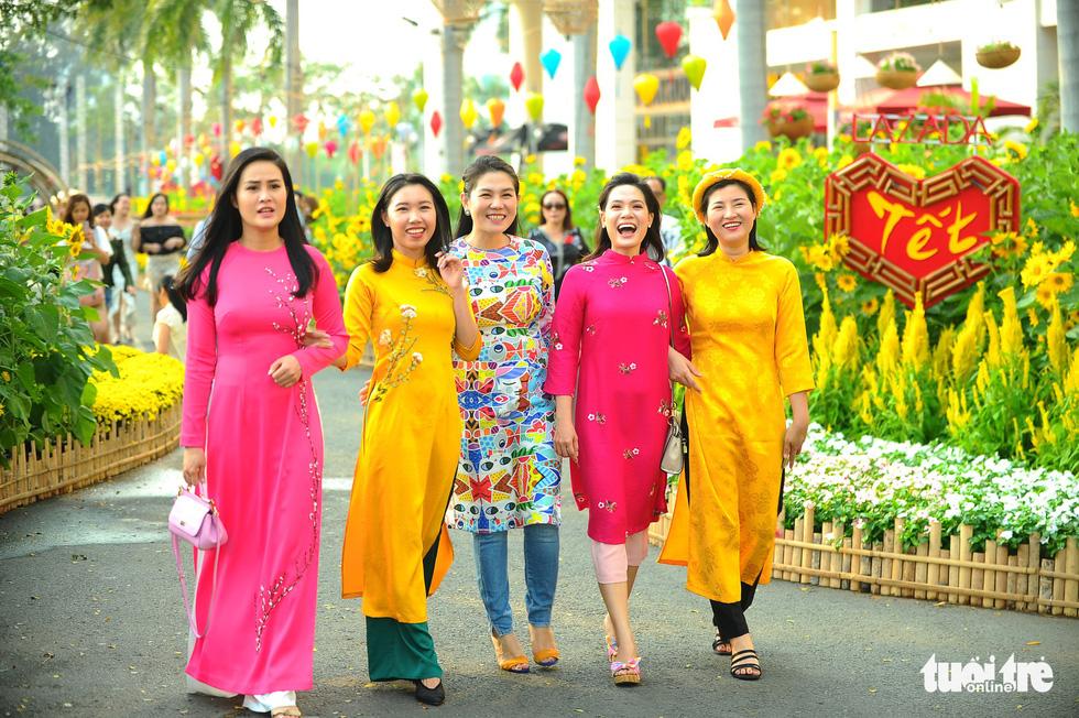Đàn heo vàng xuất hiện tại hội chợ hoa xuân Phú Mỹ Hưng - Ảnh 6.